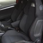 twarde i głęboko wyprofilowane fotele zapewniają odpowiednie trzymanie boczne podczas ekstremalnej jazdy