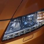 LED-owe oświetlenie zgrabnie wkomponowano w dolną część reflektora